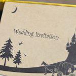 お城とかぼちゃの馬車のシルエットがデザインされた結婚式の招待状