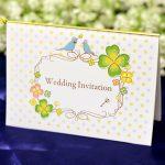 カラフルな四葉のクローバーと幸せの青い鳥がデザインされた招待状