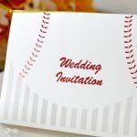 キラキラ光る高級紙を使用した結婚式の招待状