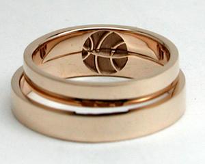 内側にバスケットボールがデザインされた結婚指輪