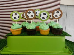 サッカーをモチーフにしたカップケーキ
