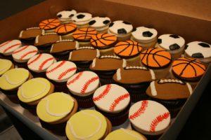 スポーツをモチーフにしたウェディングカップケーキ