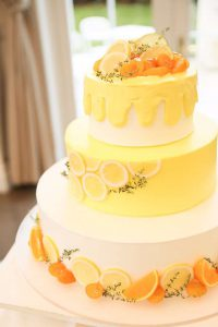 レモンが飾り付けられたウェディングケーキ